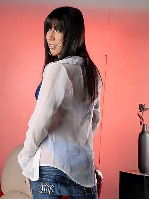 Irresistible Victoria di Prada posing in super sexy jeans